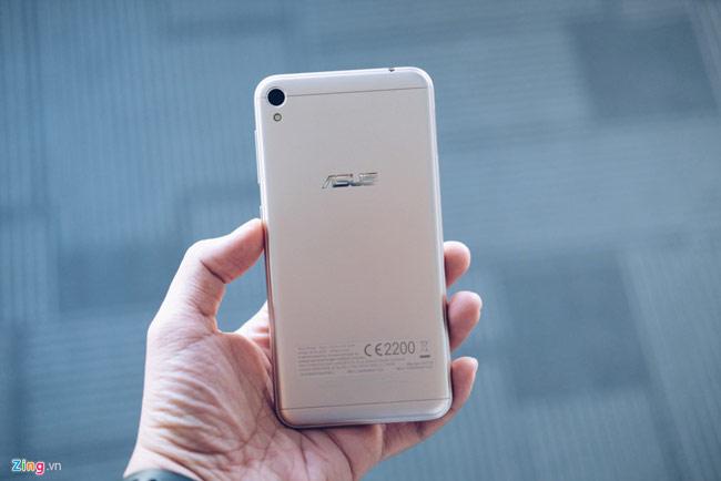 Zenfone Live có pin 2.650 mAh, hỗ trợ 2 SIM, thẻ nhớ tối đa 128 GB