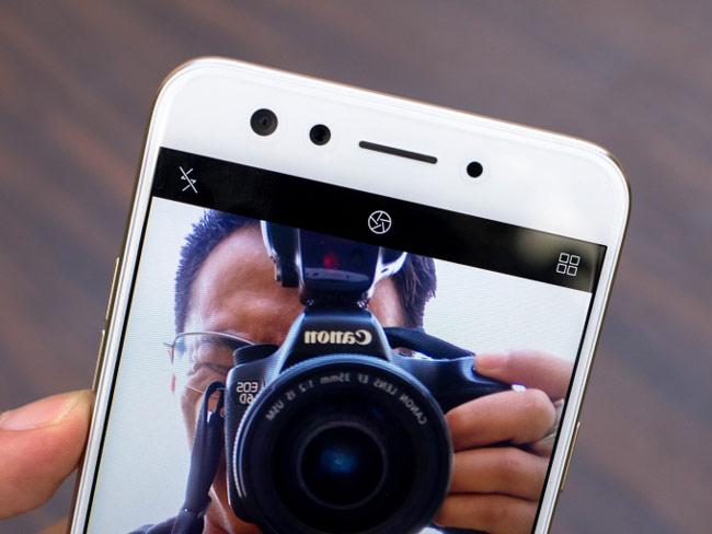 Oppo F3 có camera kép chuyên selfie ở mặt trước với độ phân giải lần lượt là 16 megapixel và 8 megapixel
