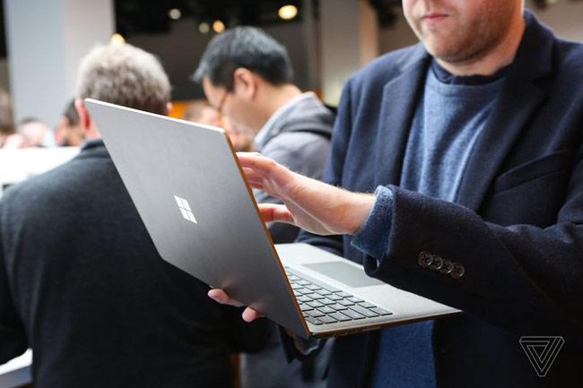 Phần màn hình của Surface Laptop có nhiều nét tương đồng về thiết kế với Surface Book