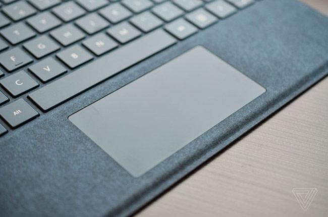 Touchpad kích thước lớn tương tự bản dành cho Surface Pro 4