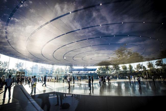Khung cảnh tuyệt đẹp bên trong Steve Jobs Theater. Ảnh: Cnet. Sự kiện sẽ bắt đầu lúc 0h (giờ Việt Nam) tức 10h sáng ở Mỹ.