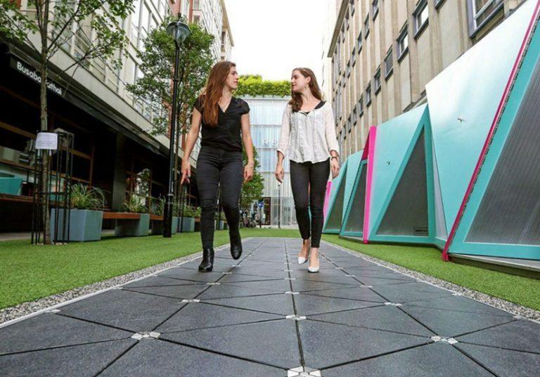 Pavegen thoáng nhìn cũng giống như đoạn đường đi bộ thông thường. Tuy nhiên, ẩn dưới lớp đệm đường màu đen là cả một công nghệ cảm biến năng lượng hiện đại, chuyển hóa năng lượng từ bước chân của con người.