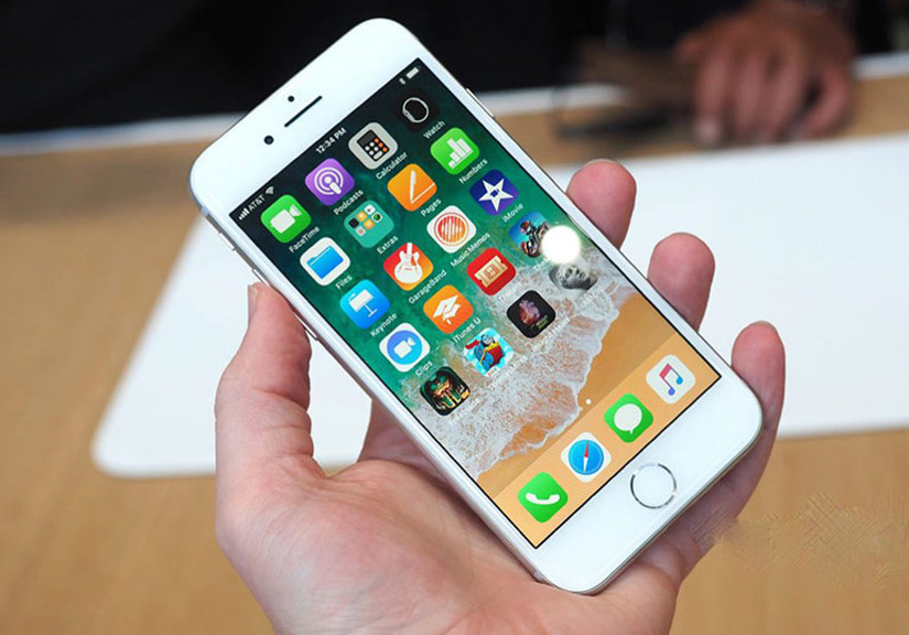 iPhone 8 Plus vẫn sở hữu màn hình 5,5 inch nhưng nâng cấp công nghệ TrueTone. Màn hình này có khả năng thích ứng màu sắc tốt hơn với môi trường, dựa trên cảm biến ánh sáng.