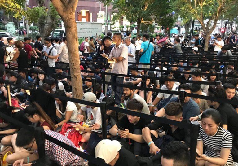 Hàng nghìn người xếp hàng mua iPhone X