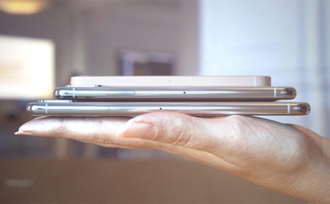 iPhone SE 2 trông nhỏ bé khi so với iPhone X Plus.