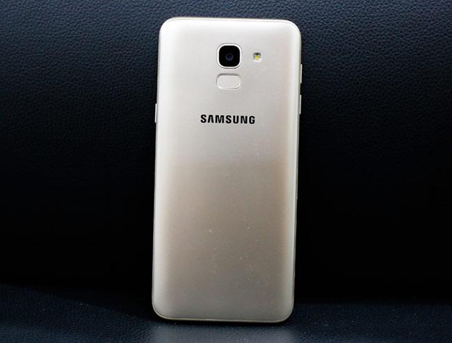 Smartphone tầm trung có màn hình vô cực đầu tiên của Samsung