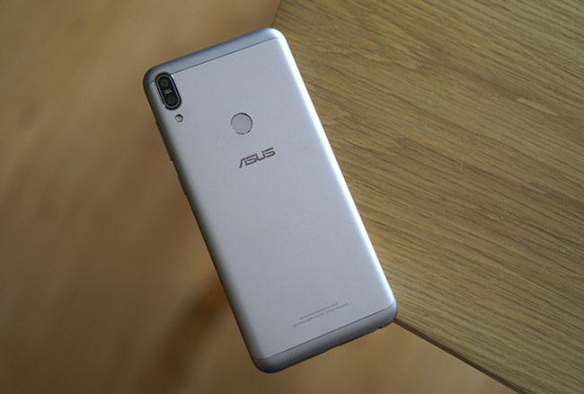 Chiếc di động này gây ngạc nhiên khá lớn khi cầm trên tay bởi dù trang bị viên pin lên đến 5.000 mAh, nó vẫn gọn gàng và không quá nặng. Đây sẽ là ưu điểm lớn để nó cạnh tranh ở phân khúc di động dưới 5 triệu đồng, nơi có nhiều cái tên khá hot như Redmi Note 5, Galaxy J7 Prime hay Huawei Nova 2i.