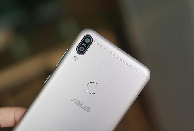 Thiết kế của Zenfone Max Pro không quá nổi bật với mặt lưng bằng kim loại, tích hợp cảm biến vân tay ở mặt lưng. Máy có camera kép ở góc phải, thiết kế hơi lồi và phần khung viền bằng nhựa.