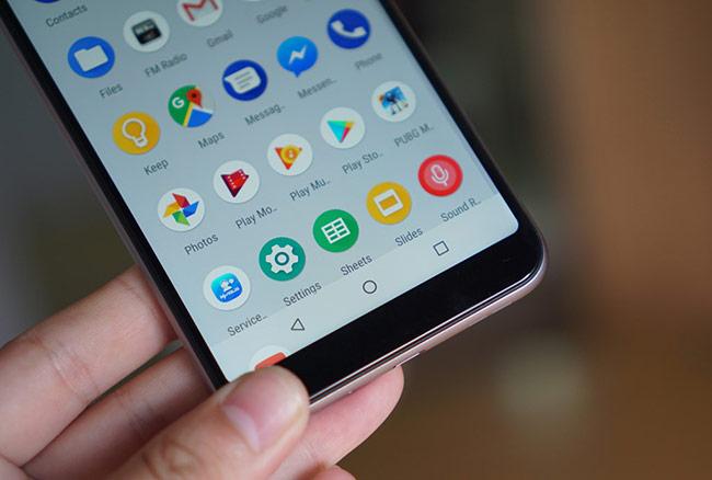 Chiếc di động này có mặt trước khá ưa nhìn với phần viền được bo tròn, cầm mềm mại như một chiếc iPhone 6 Plus. Người dùng sẽ không thấy gợn tay khi cầm hoặc vuốt sản phẩm này. Viền của máy khá mỏng. Tất nhiên, nó chỉ ở mức khá, còn thua xa các di động tràn viền hiện nay.