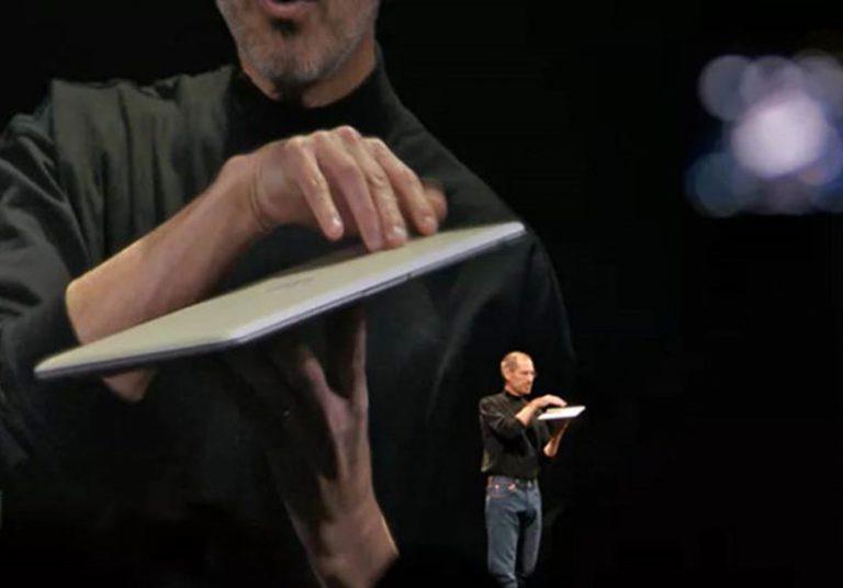 Steve Jobs giới thiệu MacBook Air.