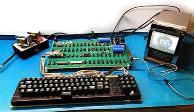 Máy tính Apple 1 đi kèm bàn phím nguyên bản.