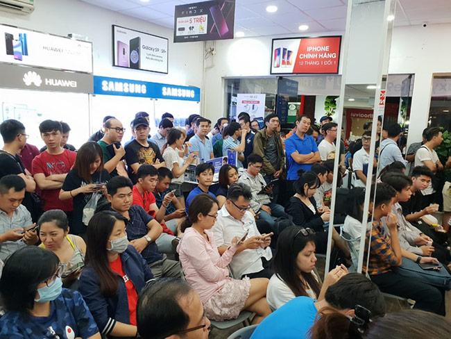 Người Việt xếp hàng từ đêm chờ Galaxy Note9 mở bán