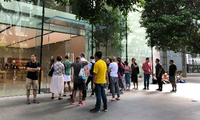 Người Việt đã xếp hàng ở Singapore đợi mua iPhone Xs