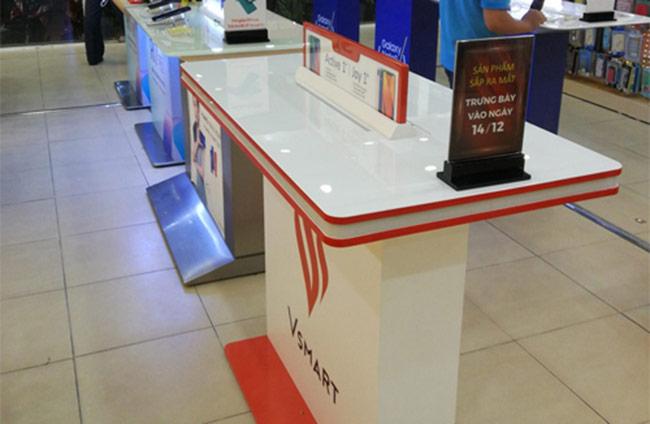Bàn trưng bày của thương hiệu điện thoại Vsmart xuất hiện tại  một hệ thống bán lẻ