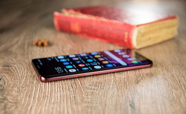 Với phiên bản Burgundy Red, Galaxy S9+ là smartphone của Samsung có nhiều phiên bản và màu sắc nhất hiện nay.