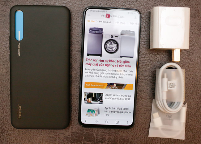 Magic 2 được bán kèm các phụ kiện như case bảo vệ, sạc, cáp và jack chuyển từ USB C sang 3.5 mm mà không kèm tai nghe.