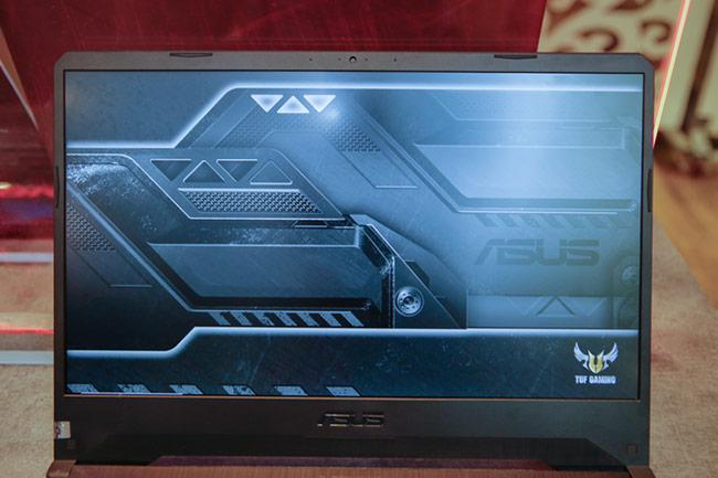 Máy có màn hình kích thước 15,6-inch độ phân giải FullHD cùng tấm nền IPS