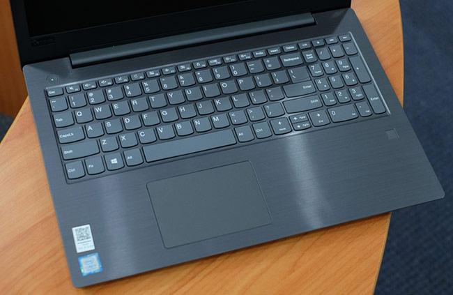 V330 có bàn phím kích thước tiêu chuẩn