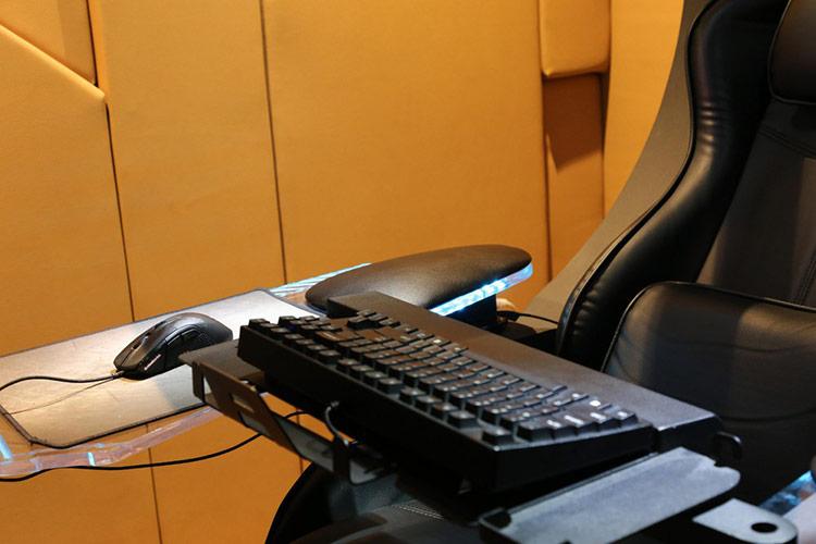 Kê tay và giá đỡ phụ kiện được làm bằng kính, thép và da. Kê tay có thể xoay 240 độ và nâng lên/hạ xuống khoảng 5 cm. Giá đỡ bàn phím có kích thước 40 x 20 cm, phù hợp với mọi bàn phím trên thị trường.