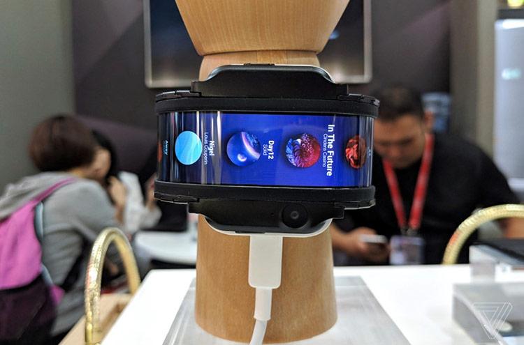 Một cách tận dụng màn hình cong khác là làm smartphone đeo cổ tay như Nubia và TCL. Ảnh: The Verge.