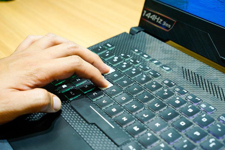 ROG Strix SCAR II sở hữu bàn phím HyperStrike Pro được lấy cảm hứng từ các bố trí bàn phím trên máy tính để bàn