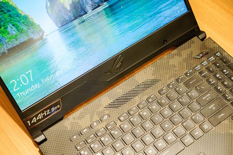 Bề mặt kê tay xung quanh bàn phím được phủ một lớp sơn mềm chống trơn trượt và bám vân tay