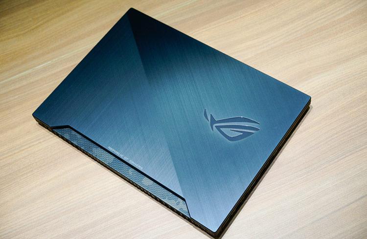 Mặt lưng được bằng nhồm phay xước đi kèm logo ROG đặc trưng