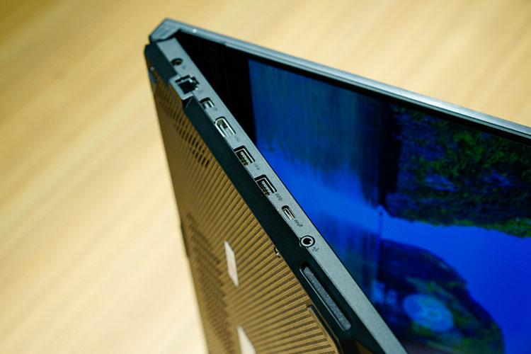 Cạnh phải là nơi đặt jack RJ45 fullsize, cổng HDMI, 2 cổng USB, một cổng Type C và một jack 3.5mm
