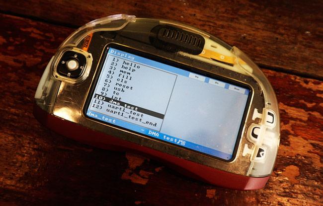 Máy đang ở dạng sơ khai và vẫn còn chạy phần mềm kiểm thử chuyên dụng của Nokia, chưa có giao diện sử dụng đầy đủ