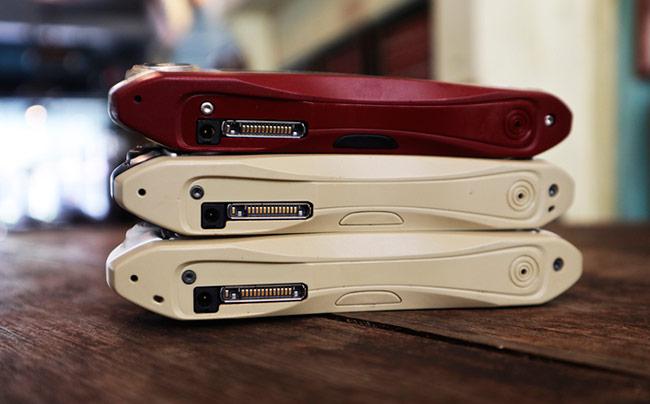 Cả ba máy vẫn sử dụng kết nối 14 chân kiểu cũ đặc trưng của Nokia kèm cổng cắm sạc