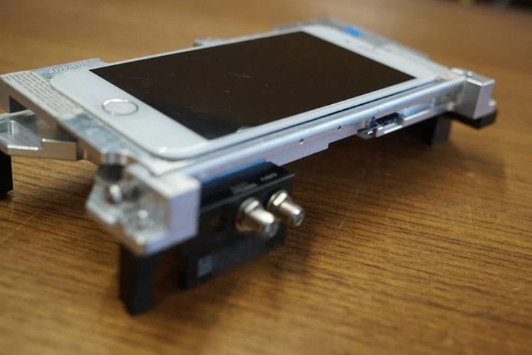 Những chiếc iPhone nguyên mẫu là thứ được các hacker săn đón. Ảnh: Motherboard.