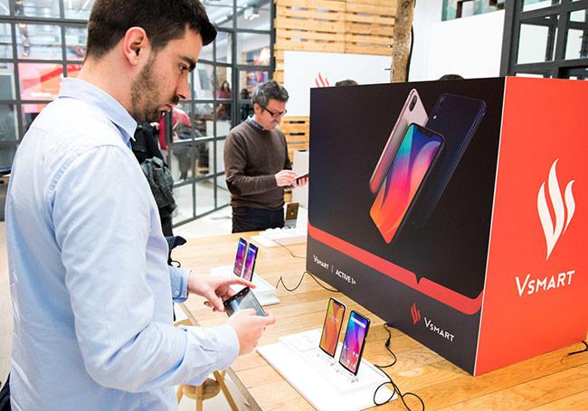 """Các nhà báo Tây Ban Nha tìm hiểu với các sản phẩm smartphone """"Made in Việt Nam"""" - Ảnh:B.CHI"""
