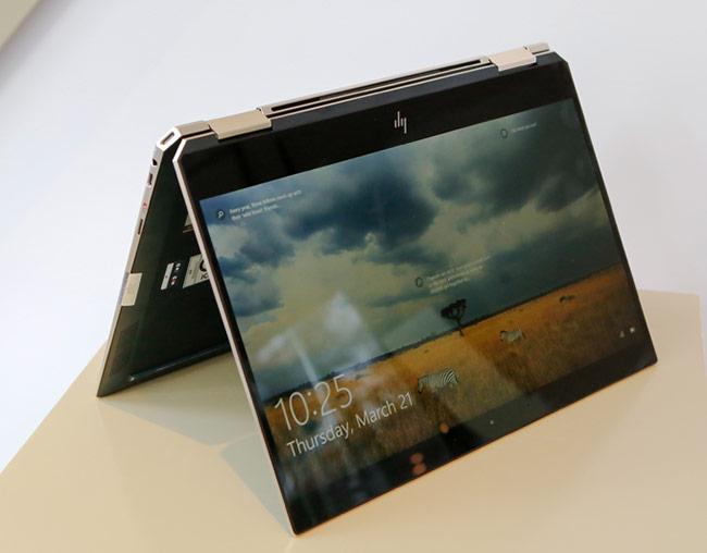 Với khả năng gập 360 độ, máy cho người dùng 4 chế độ sử dụng khác nhau tương tự dòng Yoga của Lenovo.