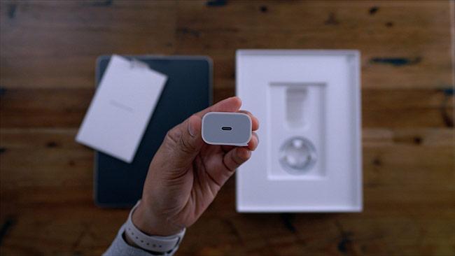 Từng có tin đồn rằng, năm nay Apple đưa vào iPhone 11 cổng kết nối USB-C thay vì Lightning. Nhưng theo nguồn tin thân cận trong nội bộ Apple