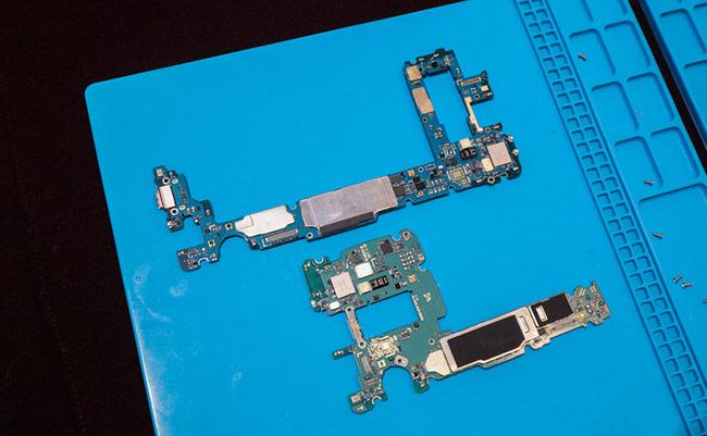 Bo mạch của Galaxy S10+ (phía trên) dài hơn hẳn so với Galaxy S9+ (phía dưới), nhưng có thiết kế đơn giản hơn.