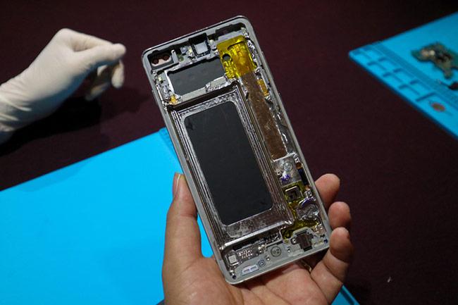 Cảm biến vân tay nằm dưới màn hình, được bảo vệ bằng khung nhôm và quản lý bởi một chip xử lý đánh dấu hình chữ L phía góc phải