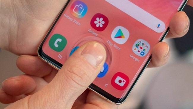 Galaxy S10 và Galaxy S10+ là hai smartphone đầu tiên của Samsung có cảm biến vân tay siêu âm đặt dưới màn hình