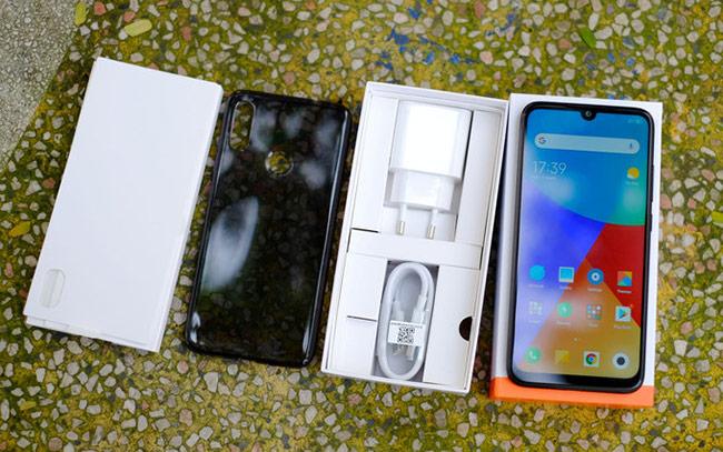 Redmi Note 7 bán ra chỉ có cáp, củ sạc và vỏ silicon bảo vệ máy.