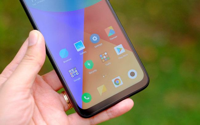Trái với viền trên, phần viền dưới vẫn còn khá dày, nhược điểm chung của hầu hết các mẫu điện thoại Android khi làm màn hình tràn viền ở tầm giá rẻ