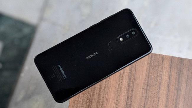 Mặc dù phần khung của Nokia X5 làm bằng nhựa bóng giả kim loại nhưng vẫn cho cảm giác cầm nắm rất chắc tay và không hề có cảm giác ọp ẹp