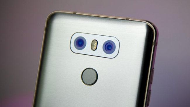 Về camera, LG G6 cũng có camera kép như các đối thủ trong danh sách với camera chính 13MP