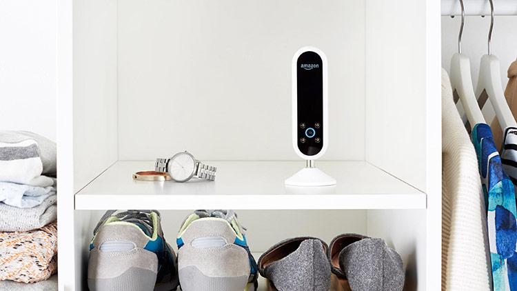 Amazon từng giới thiệu Echo Look với khả năng dùng AI đánh giá mức độ phù hợp của trang phục so với người mặc. Ảnh: Gizmodo.