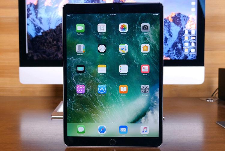 Home screen mới cho iPad: Theo Bloomberg, màn hình chính (Home screen) của iPad sẽ có diện mạo mới ở lần cập nhật này. Trong những năm gần đây, Apple đã thay đổi mạnh nhiều ứng dụng để tăng hiệu suất, cải thiện khả năng đa nhiệm trên iPad. Tất nhiên, chỉnh sửa lại Home screen cũng không nằm ngoài định hướng này.