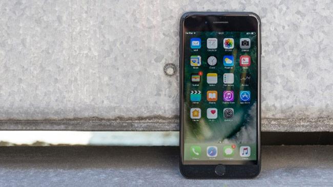 7 Plus sử dụng A10 Fusion, đây là bộ vi xử lý đủ khả năng xử lý iOS 12, nhưng nó lại thua xa các smartphone gần đây.