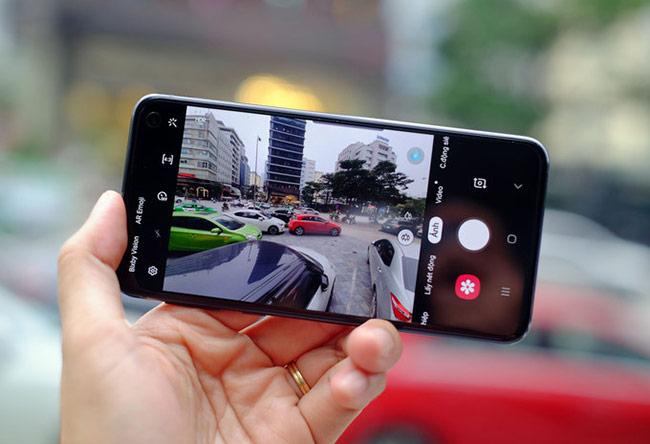 Cụm camera kép phía sau với một độ phân giải 12 megapixel, hai khẩu độ f/1.5 và f/2.4, cho góc rộng 77 độ, chống rung quang học.