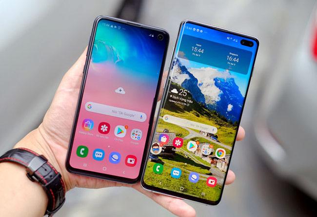 """Galaxy S10e (màn hình 5,8 inch) bên cạnh """"anh cả"""" Galaxy S10+ (màn hình 6,4 inch). Phiên bản nhỏ hơn cũng sử dụng màn hình phẳng thay vì cong sang hai bên cạnh"""