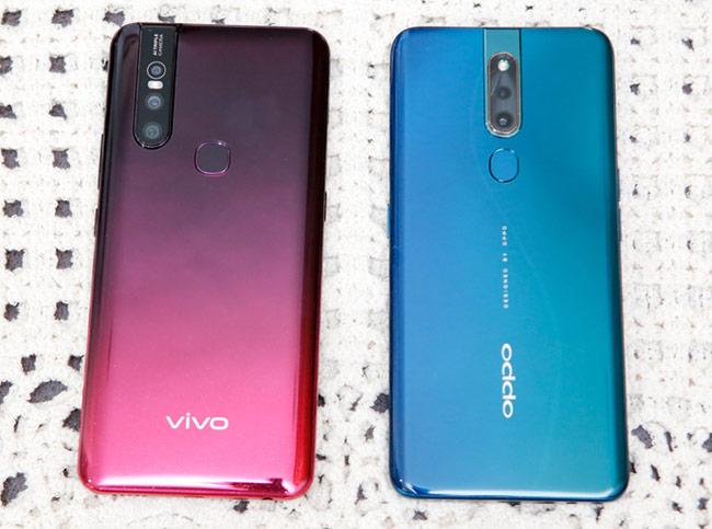 Trong khi Vivo bố trí cụm camera lệch góc thì F11 Pro bố trí cụm camera nằm giữa máy cùng với logo và cảm biến vân tay xếp thành 1 hàng đẹp mắt hơn.