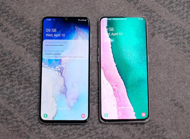 """Bên cạnh Galaxy A80, Samsung cũng công bố mẫu Galaxy A70 (trái) với thiết kế màn hình """"giọt nước"""", cũng có kích cỡ 6,7 inch. Máy tích hợp RAM 6 GB hoặc 8 GB, bộ nhớ trong 128 GB, pin 4.500 mAh hỗ trợ sạc siêu nhanh."""
