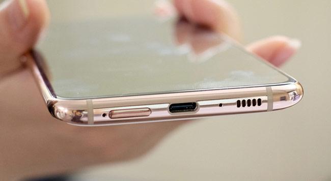 Về cấu hình, máy được trang bị chip Snapdragon 7150, RAM 8 GB và bộ nhớ trong 128 GB, chạy Android 9.0, có kích cỡ 165,2 x 76,5 x 9,5 mm.