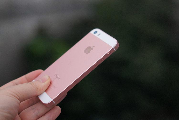 Điểm yếu của iPhone SE nằm ở kích thước màn hình nhỏ và thời lượng pin yếu.